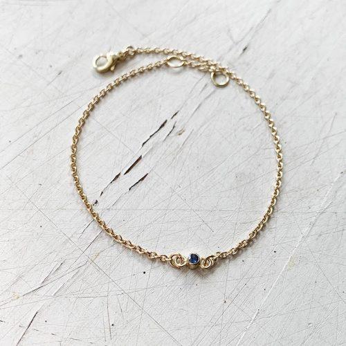 gouden armbandje met gebooprtesteen
