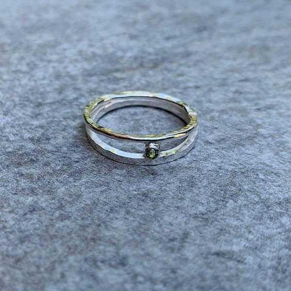 Smalle-zilveren-ring-peridoot-nature-dubbel-gehamerd