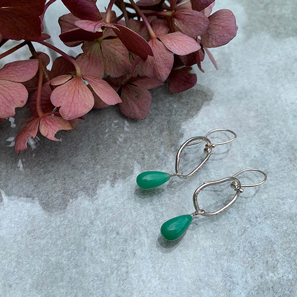 Zilveren-oorbellen-met-chrysopraas-en-diamant